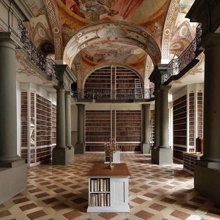 Находится в стенах бенедиктинского монастыря, основанного около 739 г. на могиле почитаемого святым мучеником франкского епископа Эммерама.